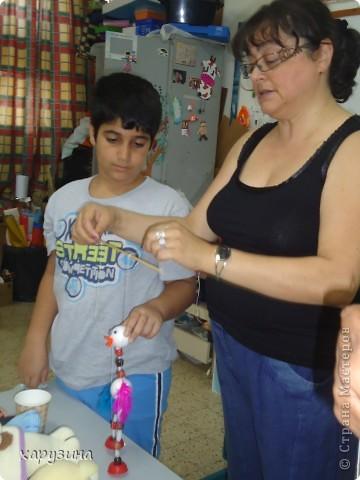 Пятиклассник Маор демонстрирует изготовленную им птицу-марионетку. фото 19