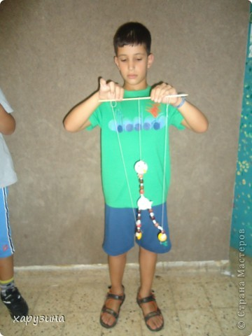 Пятиклассник Маор демонстрирует изготовленную им птицу-марионетку. фото 23