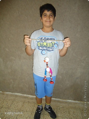 Пятиклассник Маор демонстрирует изготовленную им птицу-марионетку. фото 24
