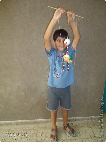 Пятиклассник Маор демонстрирует изготовленную им птицу-марионетку. фото 22