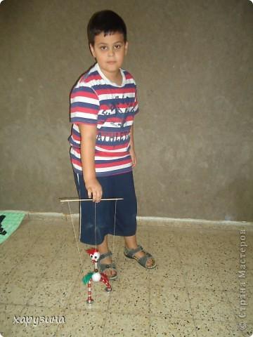 Пятиклассник Маор демонстрирует изготовленную им птицу-марионетку. фото 30