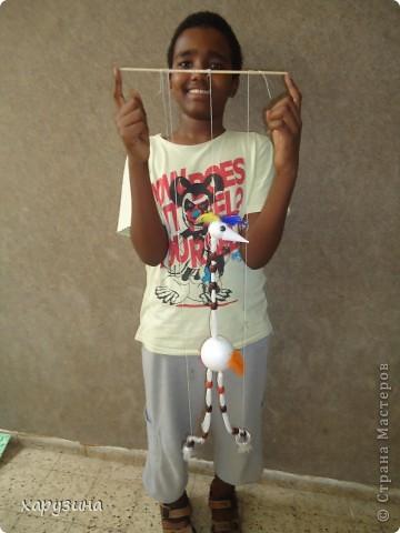 Пятиклассник Маор демонстрирует изготовленную им птицу-марионетку. фото 33
