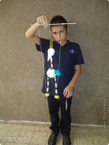 Пятиклассник Маор демонстрирует изготовленную им птицу-марионетку. фото 35