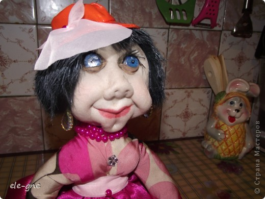 давно не делала кукол все времени нет .Попросили на чайник грелочку и вот какая модница получилась. фото 2