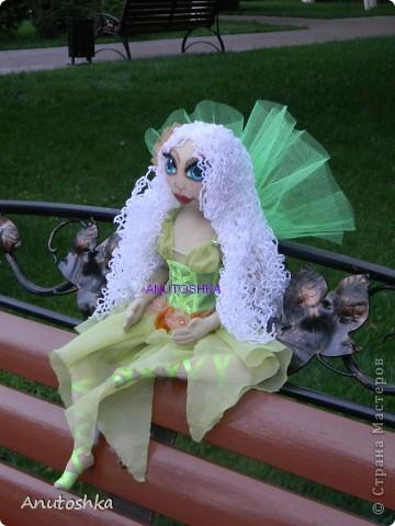 Это моя первая текстильная шарнирная кукла.Зовут ее Фиетта.Она лесная нимфа.Но живет в городе)))) фото 2