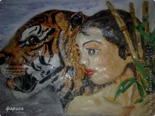 Девушка с тигром...Здравствуйте и спасибо что зашли!Эту картину начала было делать еще зимой,оставалось только подкорректировать и покрасить,да все руки не доходили.Вот вспомнила я про нее и решила доделать.Размер картины 35*45. фото 1