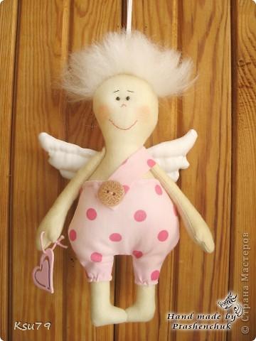 оригинальная идея Марии Сармы http://vk.com/id7013592   очень меня улыбнули эти ангелочки))) вот такие лохматики получилиь у меня - для волос я использовала шерсть для валяния, которую с помощью специальной иголки садила прямо в ткань.  следующим ангелочкам  планирую ушки))) фото 2