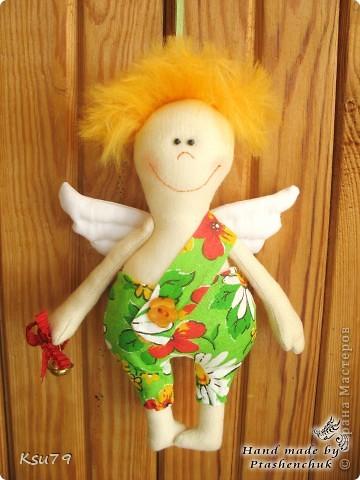 оригинальная идея Марии Сармы http://vk.com/id7013592   очень меня улыбнули эти ангелочки))) вот такие лохматики получилиь у меня - для волос я использовала шерсть для валяния, которую с помощью специальной иголки садила прямо в ткань.  следующим ангелочкам  планирую ушки))) фото 1