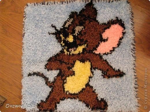 Добрый день всем!!!!Вот освоила новую для себя технику-ковровой вышивки.Начала с малого-коврик для сынули на стульчик,или просто чтобы  посидеть на полу.Размер 40х40 см. фото 2