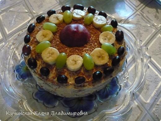 Торт вкусный и быстро печётся, а украсить можно по вашему усмотрению. Я выбрала чёрный и зелёный виноград, банан и персик для украшения.