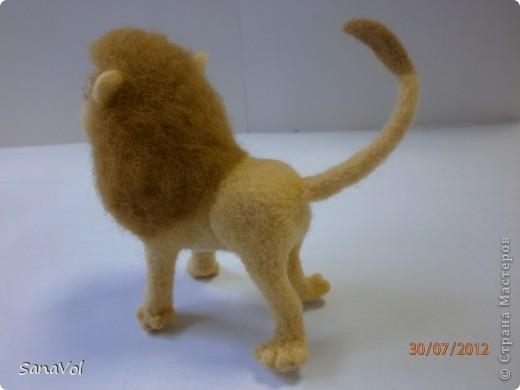 Прошу любить и жаловать - лев Леопольд! Он совсем не грозный, а добрый и славный.  Сделан из натуральной овечьей шерсти методом сухого валяния. фото 6