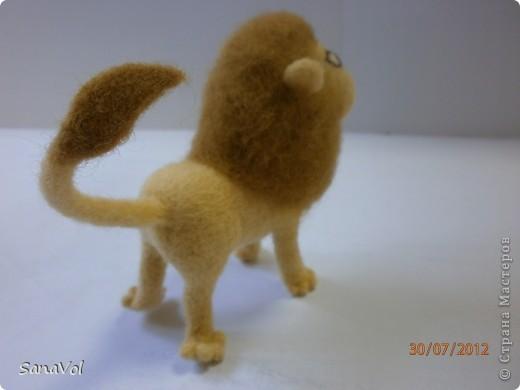 Прошу любить и жаловать - лев Леопольд! Он совсем не грозный, а добрый и славный.  Сделан из натуральной овечьей шерсти методом сухого валяния. фото 5