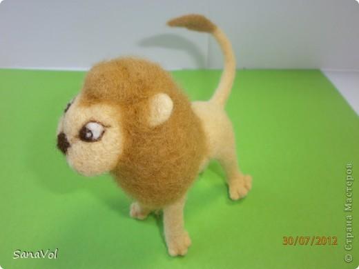 Прошу любить и жаловать - лев Леопольд! Он совсем не грозный, а добрый и славный.  Сделан из натуральной овечьей шерсти методом сухого валяния. фото 2