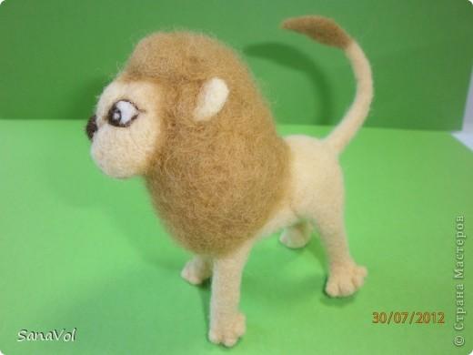Прошу любить и жаловать - лев Леопольд! Он совсем не грозный, а добрый и славный.  Сделан из натуральной овечьей шерсти методом сухого валяния. фото 1