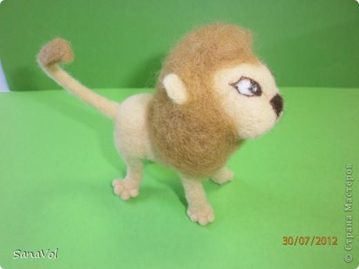 Прошу любить и жаловать - лев Леопольд! Он совсем не грозный, а добрый и славный.  Сделан из натуральной овечьей шерсти методом сухого валяния. фото 3