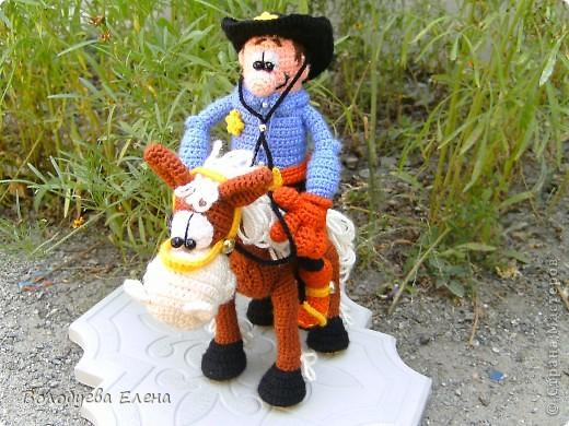 а вот и обещанный верный конь Мустанг для моего ковбоя- шерифа Джона. Мустанг как и шериф связан из акрила крючком 1,5 ростом приблизительно 20-21см фото 7