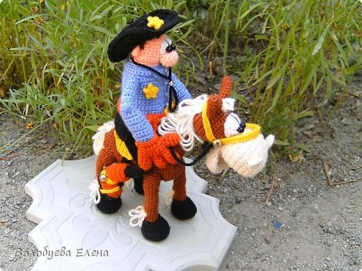 а вот и обещанный верный конь Мустанг для моего ковбоя- шерифа Джона. Мустанг как и шериф связан из акрила крючком 1,5 ростом приблизительно 20-21см фото 6