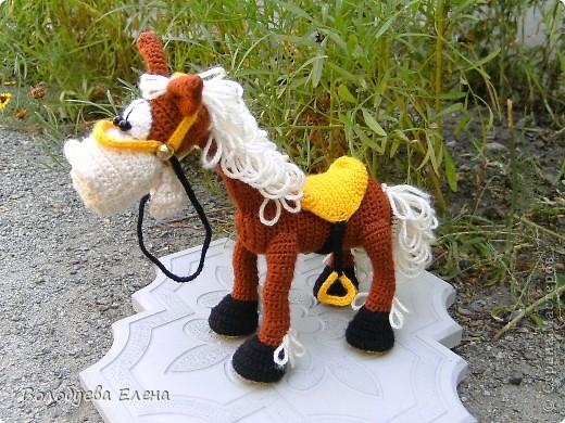 а вот и обещанный верный конь Мустанг для моего ковбоя- шерифа Джона. Мустанг как и шериф связан из акрила крючком 1,5 ростом приблизительно 20-21см фото 5