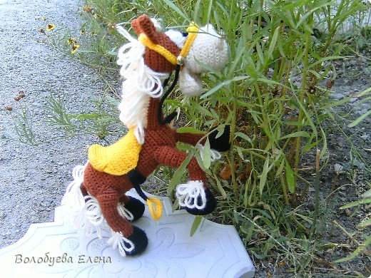 а вот и обещанный верный конь Мустанг для моего ковбоя- шерифа Джона. Мустанг как и шериф связан из акрила крючком 1,5 ростом приблизительно 20-21см фото 4