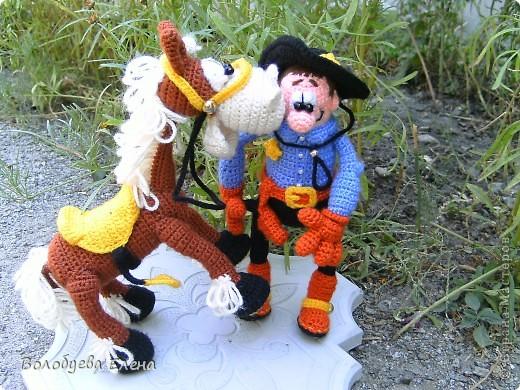 а вот и обещанный верный конь Мустанг для моего ковбоя- шерифа Джона. Мустанг как и шериф связан из акрила крючком 1,5 ростом приблизительно 20-21см фото 1
