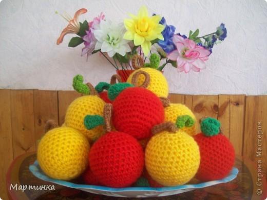 Яблочки были связаны уже давно, для игр детей в детском саду. Решила показать их еще разок специально для конкурса, организованного Еленой Гайдаенко. Яблочек связано 20 штук: 10 красных и 10 желтых. фото 1
