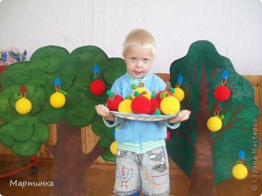 Яблочки были связаны уже давно, для игр детей в детском саду. Решила показать их еще разок специально для конкурса, организованного Еленой Гайдаенко. Яблочек связано 20 штук: 10 красных и 10 желтых. фото 3