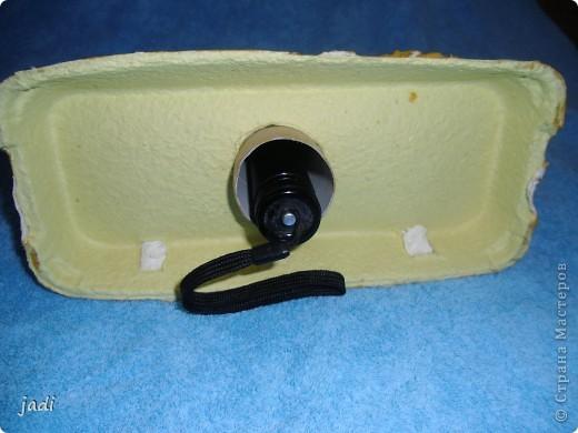 Мы сделали маяк! В ход пошли - коробка из-под яиц,рулон от бумажных полотенец,баночка из-под детского питания,крышечка пластиковая,ну и краски,клей,кисточка,цветной скотч. фото 5
