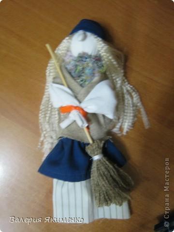 Вепская кукла – это образ замужней женщины. Детали куклы не сшиваются между собой. Ее делают из обрывков изношенной одежды, из них же надергивают нити для путанки (моток из обрывков нитей или клок пеньковой или льняной кудели) и связывания деталей куклы. Потребуется лоскут отбеленной хлопковой или льняной ткани, 3-4 лоскута цветного ситца, разноцветные обрывки нитей.  фото 10