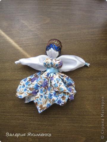 Вепская кукла – это образ замужней женщины. Детали куклы не сшиваются между собой. Ее делают из обрывков изношенной одежды, из них же надергивают нити для путанки (моток из обрывков нитей или клок пеньковой или льняной кудели) и связывания деталей куклы. Потребуется лоскут отбеленной хлопковой или льняной ткани, 3-4 лоскута цветного ситца, разноцветные обрывки нитей.  фото 1