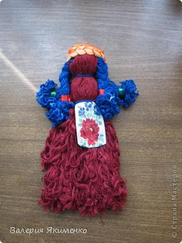 Вепская кукла – это образ замужней женщины. Детали куклы не сшиваются между собой. Ее делают из обрывков изношенной одежды, из них же надергивают нити для путанки (моток из обрывков нитей или клок пеньковой или льняной кудели) и связывания деталей куклы. Потребуется лоскут отбеленной хлопковой или льняной ткани, 3-4 лоскута цветного ситца, разноцветные обрывки нитей.  фото 2