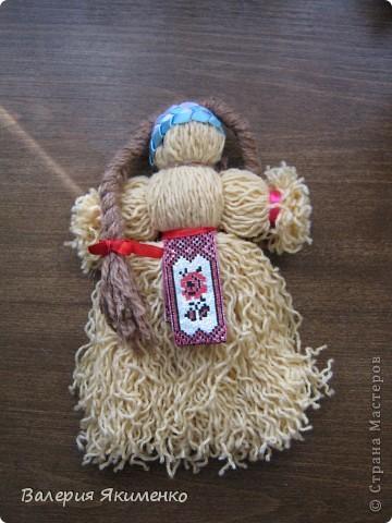 Вепская кукла – это образ замужней женщины. Детали куклы не сшиваются между собой. Ее делают из обрывков изношенной одежды, из них же надергивают нити для путанки (моток из обрывков нитей или клок пеньковой или льняной кудели) и связывания деталей куклы. Потребуется лоскут отбеленной хлопковой или льняной ткани, 3-4 лоскута цветного ситца, разноцветные обрывки нитей.  фото 3