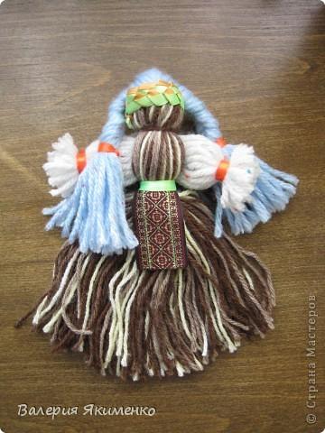 Вепская кукла – это образ замужней женщины. Детали куклы не сшиваются между собой. Ее делают из обрывков изношенной одежды, из них же надергивают нити для путанки (моток из обрывков нитей или клок пеньковой или льняной кудели) и связывания деталей куклы. Потребуется лоскут отбеленной хлопковой или льняной ткани, 3-4 лоскута цветного ситца, разноцветные обрывки нитей.  фото 4