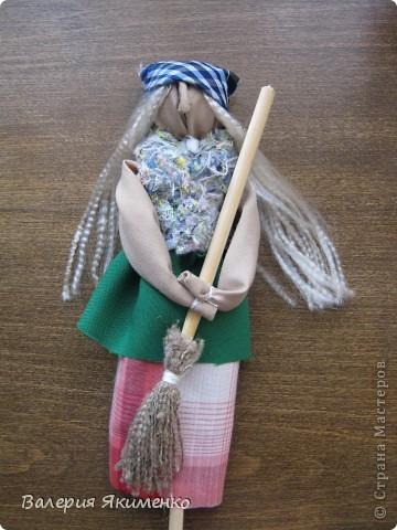 Вепская кукла – это образ замужней женщины. Детали куклы не сшиваются между собой. Ее делают из обрывков изношенной одежды, из них же надергивают нити для путанки (моток из обрывков нитей или клок пеньковой или льняной кудели) и связывания деталей куклы. Потребуется лоскут отбеленной хлопковой или льняной ткани, 3-4 лоскута цветного ситца, разноцветные обрывки нитей.  фото 5