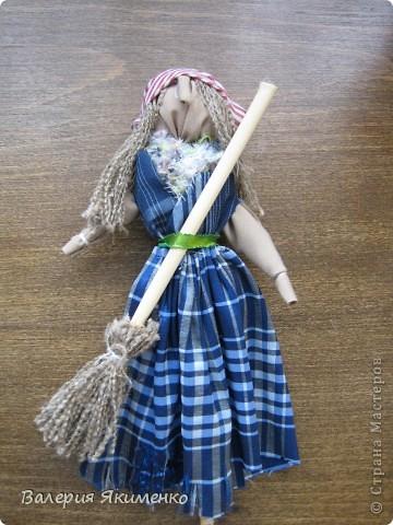 Вепская кукла – это образ замужней женщины. Детали куклы не сшиваются между собой. Ее делают из обрывков изношенной одежды, из них же надергивают нити для путанки (моток из обрывков нитей или клок пеньковой или льняной кудели) и связывания деталей куклы. Потребуется лоскут отбеленной хлопковой или льняной ткани, 3-4 лоскута цветного ситца, разноцветные обрывки нитей.  фото 6