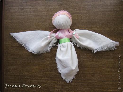Вепская кукла – это образ замужней женщины. Детали куклы не сшиваются между собой. Ее делают из обрывков изношенной одежды, из них же надергивают нити для путанки (моток из обрывков нитей или клок пеньковой или льняной кудели) и связывания деталей куклы. Потребуется лоскут отбеленной хлопковой или льняной ткани, 3-4 лоскута цветного ситца, разноцветные обрывки нитей.  фото 7