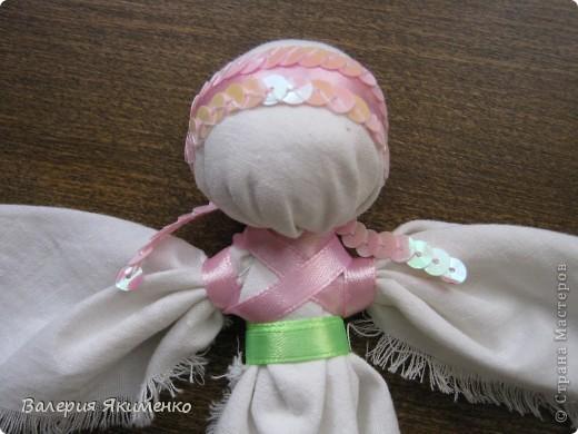 Вепская кукла – это образ замужней женщины. Детали куклы не сшиваются между собой. Ее делают из обрывков изношенной одежды, из них же надергивают нити для путанки (моток из обрывков нитей или клок пеньковой или льняной кудели) и связывания деталей куклы. Потребуется лоскут отбеленной хлопковой или льняной ткани, 3-4 лоскута цветного ситца, разноцветные обрывки нитей.  фото 8