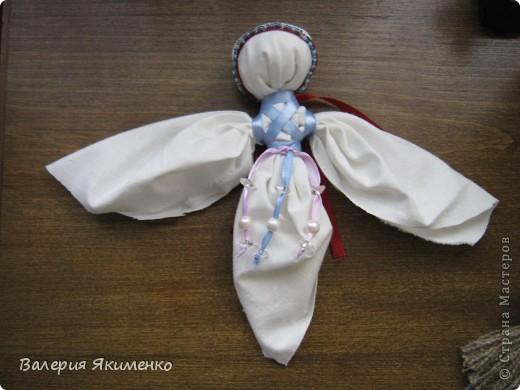 Вепская кукла – это образ замужней женщины. Детали куклы не сшиваются между собой. Ее делают из обрывков изношенной одежды, из них же надергивают нити для путанки (моток из обрывков нитей или клок пеньковой или льняной кудели) и связывания деталей куклы. Потребуется лоскут отбеленной хлопковой или льняной ткани, 3-4 лоскута цветного ситца, разноцветные обрывки нитей.  фото 9