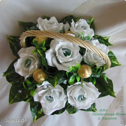 """Здравствуй СТРАНА. У меня начался розовый (от слова роза) период. Сотворила три корзинки. Все с розами. Выставляю на ваш суд, выбирайте кому какая по вкусу. Корзина первая """" Белые розы в зелени"""" фото 1"""