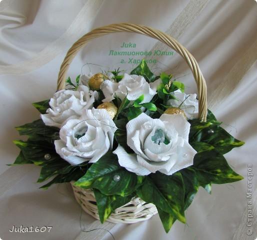 """Здравствуй СТРАНА. У меня начался розовый (от слова роза) период. Сотворила три корзинки. Все с розами. Выставляю на ваш суд, выбирайте кому какая по вкусу. Корзина первая """" Белые розы в зелени"""" фото 2"""