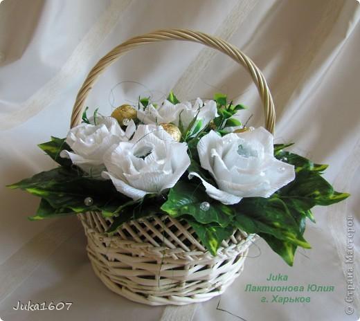 """Здравствуй СТРАНА. У меня начался розовый (от слова роза) период. Сотворила три корзинки. Все с розами. Выставляю на ваш суд, выбирайте кому какая по вкусу. Корзина первая """" Белые розы в зелени"""" фото 3"""