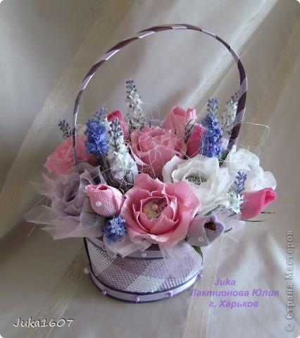 """Здравствуй СТРАНА. У меня начался розовый (от слова роза) период. Сотворила три корзинки. Все с розами. Выставляю на ваш суд, выбирайте кому какая по вкусу. Корзина первая """" Белые розы в зелени"""" фото 6"""