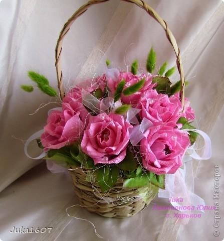 """Здравствуй СТРАНА. У меня начался розовый (от слова роза) период. Сотворила три корзинки. Все с розами. Выставляю на ваш суд, выбирайте кому какая по вкусу. Корзина первая """" Белые розы в зелени"""" фото 7"""