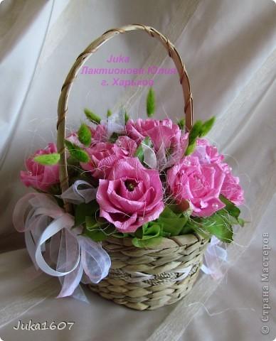 """Здравствуй СТРАНА. У меня начался розовый (от слова роза) период. Сотворила три корзинки. Все с розами. Выставляю на ваш суд, выбирайте кому какая по вкусу. Корзина первая """" Белые розы в зелени"""" фото 8"""
