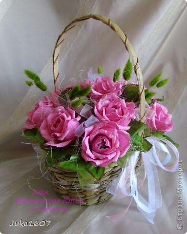 """Здравствуй СТРАНА. У меня начался розовый (от слова роза) период. Сотворила три корзинки. Все с розами. Выставляю на ваш суд, выбирайте кому какая по вкусу. Корзина первая """" Белые розы в зелени"""" фото 9"""