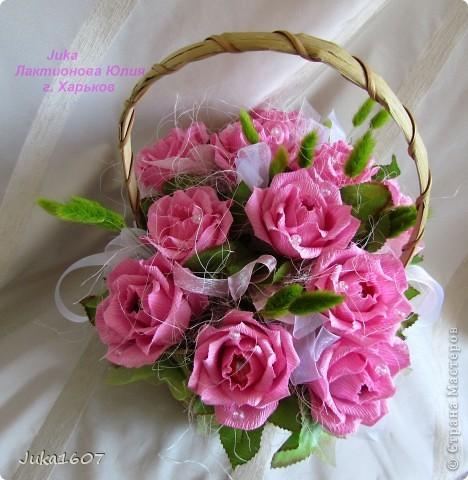 """Здравствуй СТРАНА. У меня начался розовый (от слова роза) период. Сотворила три корзинки. Все с розами. Выставляю на ваш суд, выбирайте кому какая по вкусу. Корзина первая """" Белые розы в зелени"""" фото 10"""