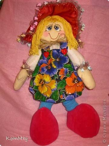 """Друзья, расскажу-ка я вам сказку...  Однажды мастерица из СМ Светлана Тычкова сшила очень красивую куклу и рассказала всем, что выкройка этой куклы есть журнале """"Лена"""" за июль. Побежала я сразу в журнальный киоск и купила этот журнал. Перерисовала выкройку и давай шить куклу. А когда она пошилась, то оказалось, что это не просто кукла - а Красная Шапочка. Вы все же знаете эту сказку?! Так вот, пошилась у меня Красная Шапочка... А назвала я её так потому, что шляпка её была сшита из шикарной красной парчи, которую прислала мне в подарок Таня Скорпиончик (из Карачаево-Черкессии). И вообще моя Красная Шапочка получилась практически интернациональной - одевали её мы всей страной... фото 2"""