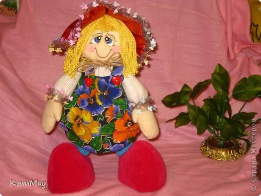 """Друзья, расскажу-ка я вам сказку...  Однажды мастерица из СМ Светлана Тычкова сшила очень красивую куклу и рассказала всем, что выкройка этой куклы есть журнале """"Лена"""" за июль. Побежала я сразу в журнальный киоск и купила этот журнал. Перерисовала выкройку и давай шить куклу. А когда она пошилась, то оказалось, что это не просто кукла - а Красная Шапочка. Вы все же знаете эту сказку?! Так вот, пошилась у меня Красная Шапочка... А назвала я её так потому, что шляпка её была сшита из шикарной красной парчи, которую прислала мне в подарок Таня Скорпиончик (из Карачаево-Черкессии). И вообще моя Красная Шапочка получилась практически интернациональной - одевали её мы всей страной... фото 1"""