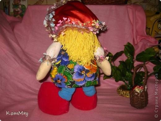 """Друзья, расскажу-ка я вам сказку...  Однажды мастерица из СМ Светлана Тычкова сшила очень красивую куклу и рассказала всем, что выкройка этой куклы есть журнале """"Лена"""" за июль. Побежала я сразу в журнальный киоск и купила этот журнал. Перерисовала выкройку и давай шить куклу. А когда она пошилась, то оказалось, что это не просто кукла - а Красная Шапочка. Вы все же знаете эту сказку?! Так вот, пошилась у меня Красная Шапочка... А назвала я её так потому, что шляпка её была сшита из шикарной красной парчи, которую прислала мне в подарок Таня Скорпиончик (из Карачаево-Черкессии). И вообще моя Красная Шапочка получилась практически интернациональной - одевали её мы всей страной... фото 3"""