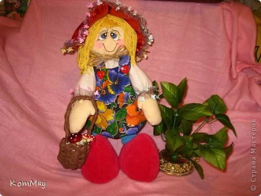 """Друзья, расскажу-ка я вам сказку...  Однажды мастерица из СМ Светлана Тычкова сшила очень красивую куклу и рассказала всем, что выкройка этой куклы есть журнале """"Лена"""" за июль. Побежала я сразу в журнальный киоск и купила этот журнал. Перерисовала выкройку и давай шить куклу. А когда она пошилась, то оказалось, что это не просто кукла - а Красная Шапочка. Вы все же знаете эту сказку?! Так вот, пошилась у меня Красная Шапочка... А назвала я её так потому, что шляпка её была сшита из шикарной красной парчи, которую прислала мне в подарок Таня Скорпиончик (из Карачаево-Черкессии). И вообще моя Красная Шапочка получилась практически интернациональной - одевали её мы всей страной... фото 5"""
