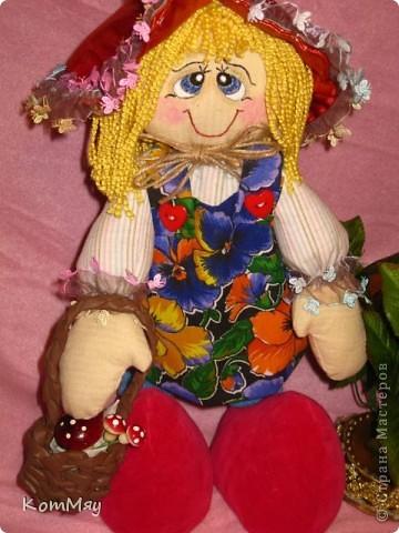 """Друзья, расскажу-ка я вам сказку...  Однажды мастерица из СМ Светлана Тычкова сшила очень красивую куклу и рассказала всем, что выкройка этой куклы есть журнале """"Лена"""" за июль. Побежала я сразу в журнальный киоск и купила этот журнал. Перерисовала выкройку и давай шить куклу. А когда она пошилась, то оказалось, что это не просто кукла - а Красная Шапочка. Вы все же знаете эту сказку?! Так вот, пошилась у меня Красная Шапочка... А назвала я её так потому, что шляпка её была сшита из шикарной красной парчи, которую прислала мне в подарок Таня Скорпиончик (из Карачаево-Черкессии). И вообще моя Красная Шапочка получилась практически интернациональной - одевали её мы всей страной... фото 6"""